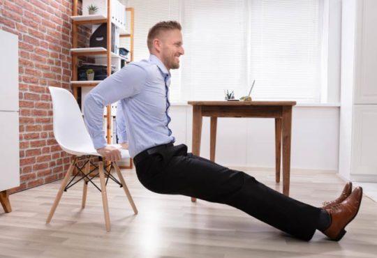 Ganzkörpertraining mit einem Stuhl