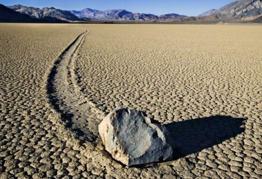 Die Wanderung von Gesteinsbrocken durch das Death Valley