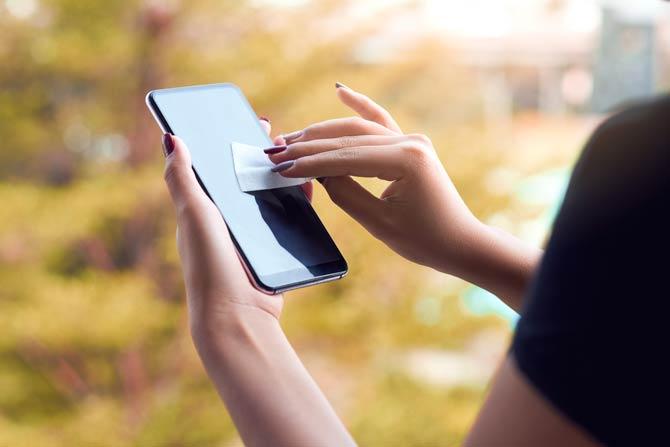 Mit Brillenreinigungstuch das Smartphone reinigen