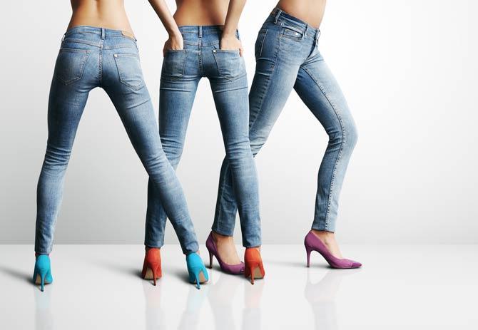 Röhrenjeans sind insbesondere für die Frauen eine gute Wahl, die groß und schlank sind