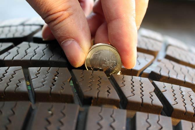 1-Euro-Münze als Tiefenmesser