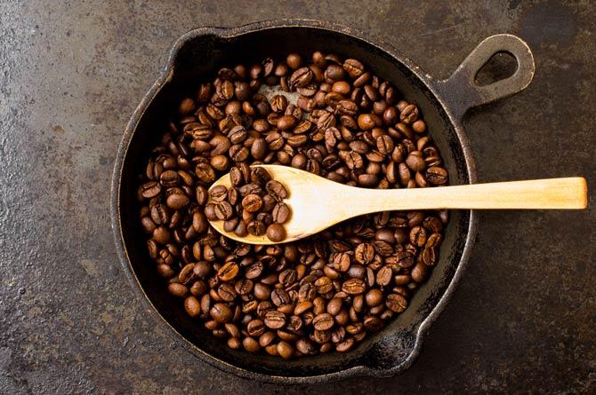 Kaffee in der Pfanne rösten