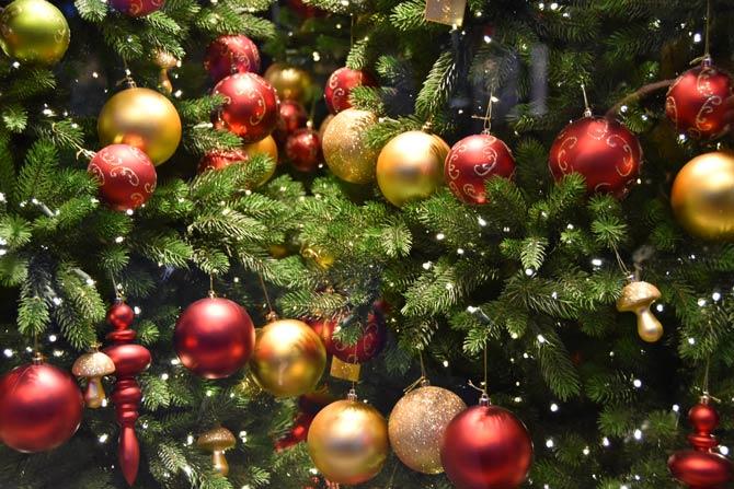 Christbaumkugeln am Tannenbaum