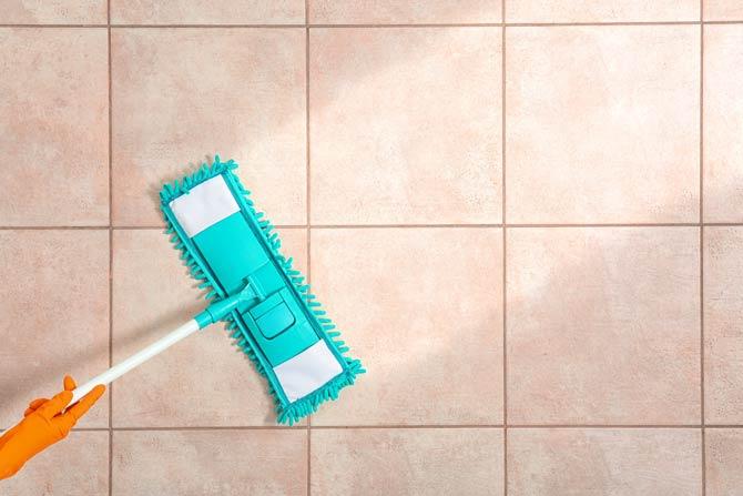 Bodenfliesen mit Wischmopp reinigen