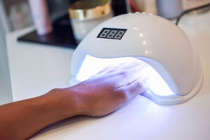 Gelnägeln werden unter einer UV-Lampe ausgehärtet