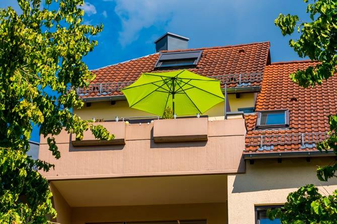 Sonnenschirm auf Balkon
