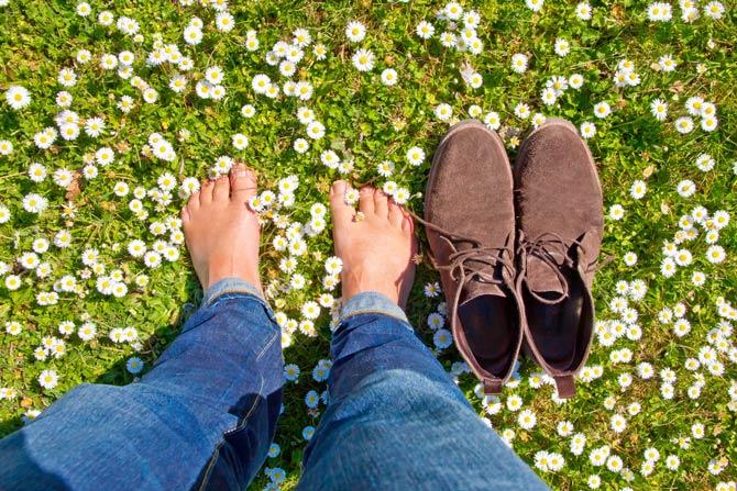 Barfuß neben Schuhe